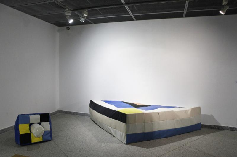 Virginie DESCAMPS《柔软的金字塔》织物、泡沫 156 ×300 ×60 cm.jpg