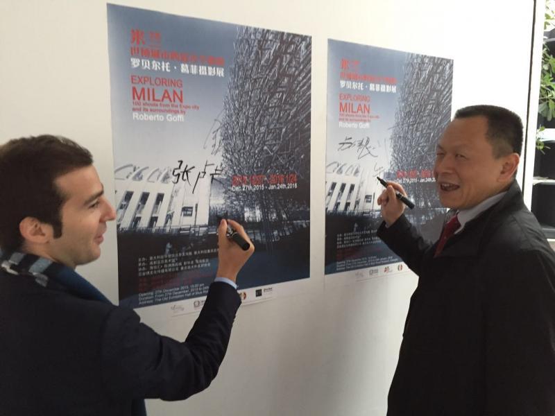 意大利驻重庆总领事馆商务处张卢卡与成都市外侨办副主任卢伟良签名.jpg