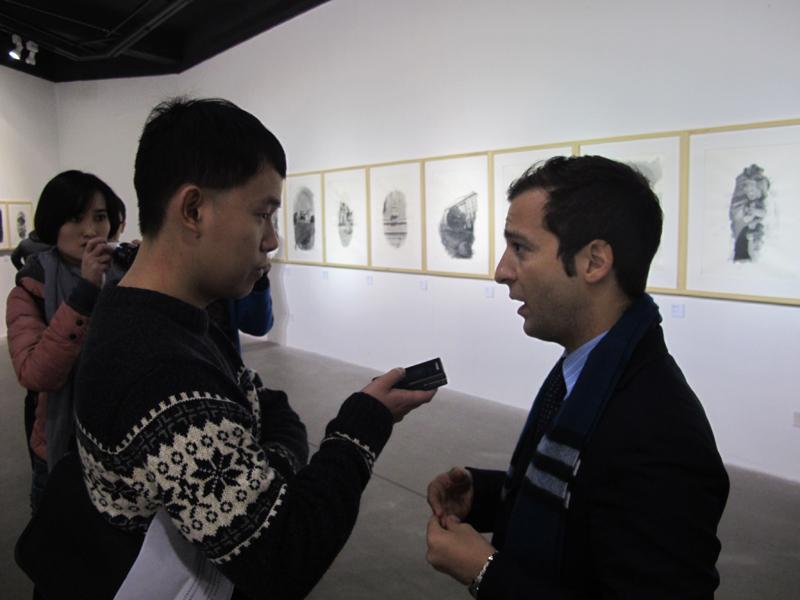 张卢卡先生接受媒体采访.JPG