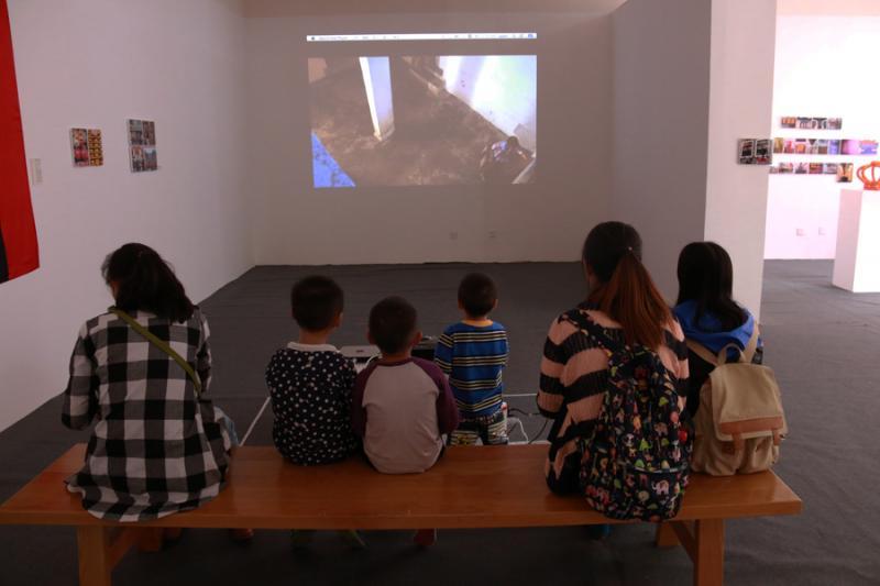 静静欣赏《独立策展活动》影像作品的市民.JPG